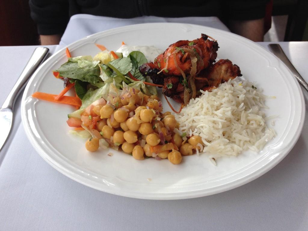 Chicken Tandoori, rýže, římský hrách se salátem v Salam Bombay