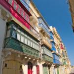 Většina domů má pestrobarevné balkóny