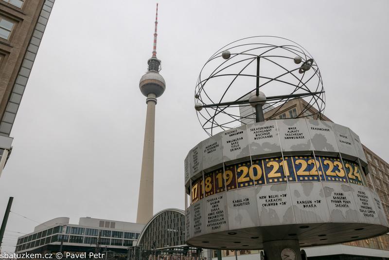 Alexanderplatz - pohled na hodiny a televizní věž